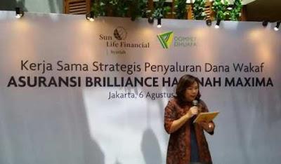 ibu elin waty memberikan kata sambutan sekaligus penjelasan tentang cara wakaf asuransi brilliance hasanah maxima nurul sufitri
