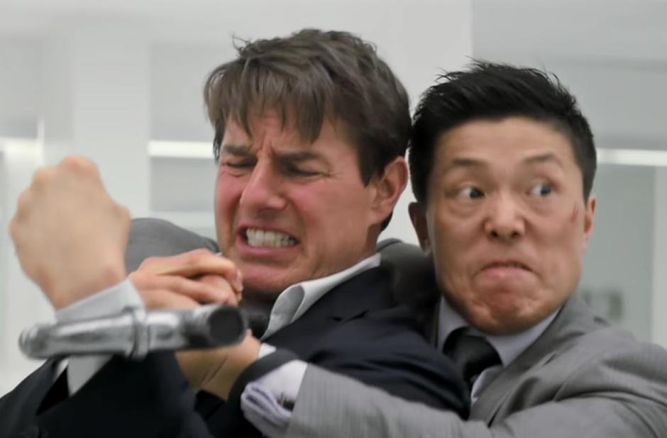 """Tom Cruise & Henry Cavill lutam lado a lado nos vídeos inéditos de """"Missão: Impossível 6"""""""