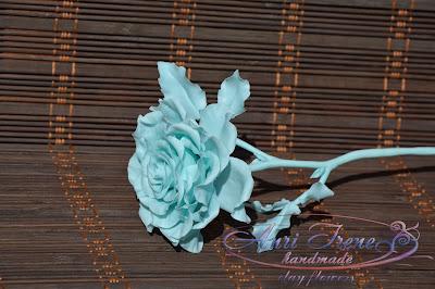Монохромная голубая роза из холодного фарфора.