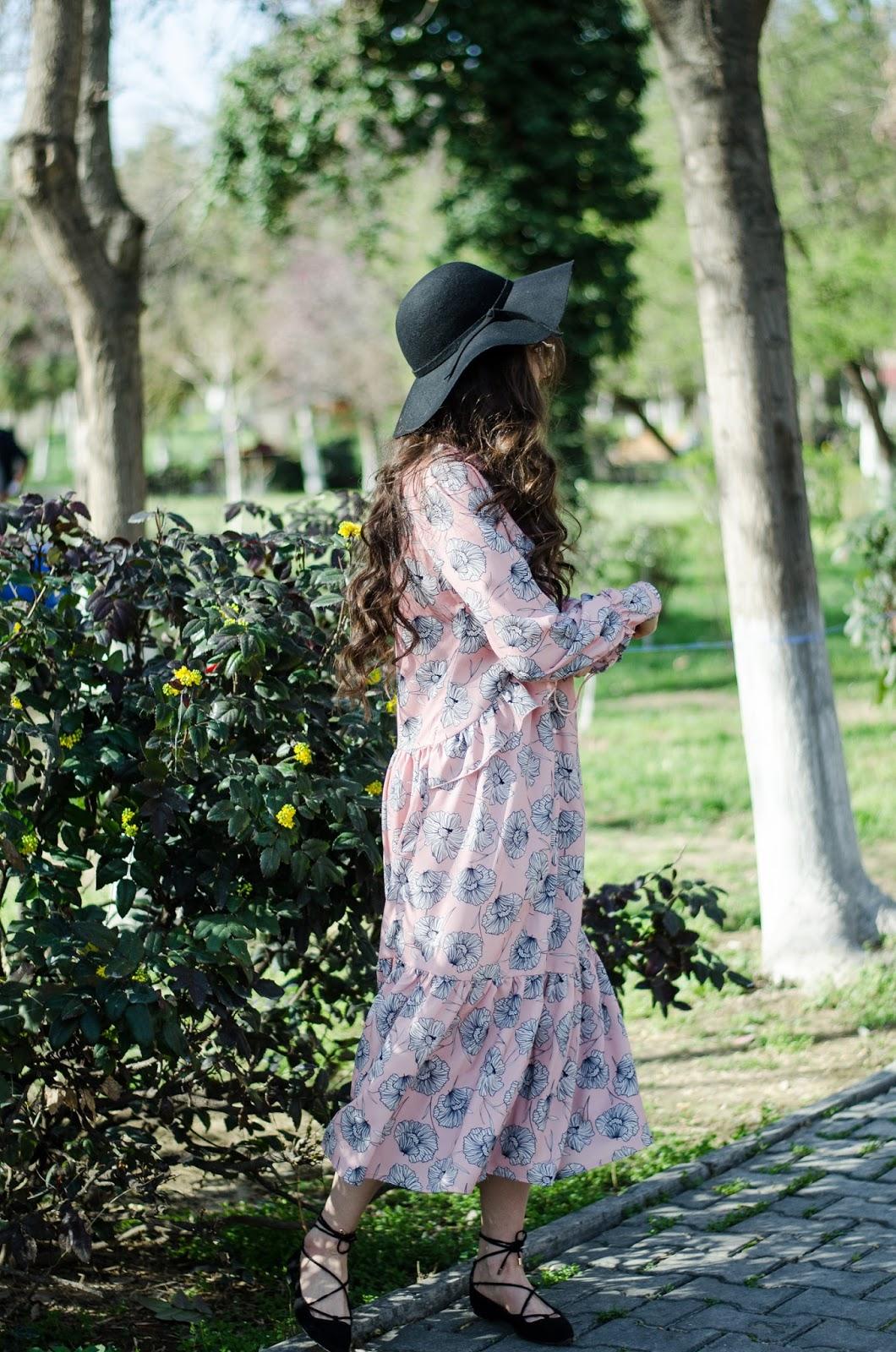 fashion blogger diyorasnotes diyora beta boho chic midi pink dress printed dress lace sandals hat oversized sunglasses