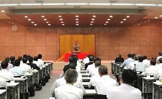 講演会講師・三遊亭楽春の笑いとメンタルヘルス講演会の風景。
