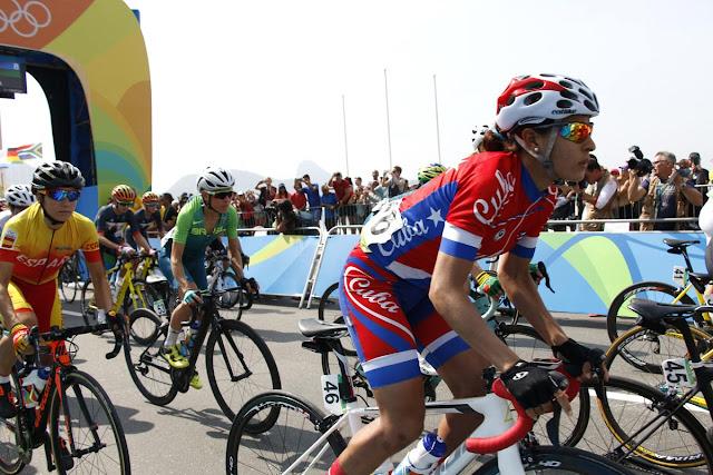 Arlenis Sierra Canadilla de Cuba compite en la Ruta del ciclismo de los Juegos Olímpicos de Río de Janeiro, en el Fuerte de Copacabana, en Copacabana, Brasil,  el 7de agosto de 2016.