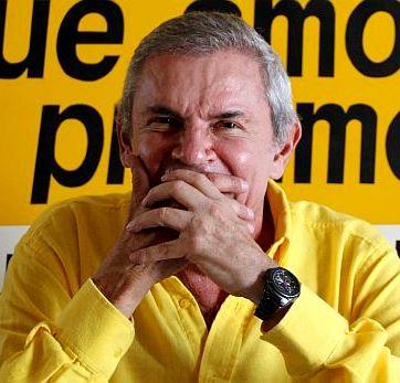 Foto de Luis Castañeda Lossio sentado tapándose la boca