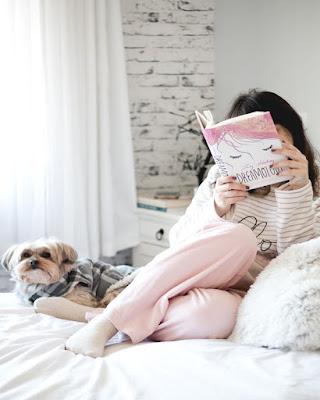 pose leyendo libro en la cama