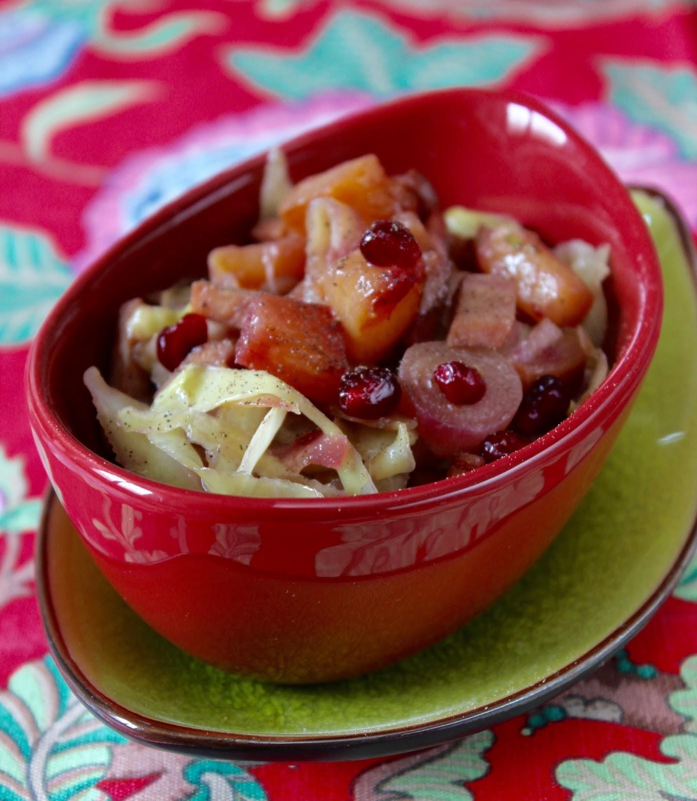 Insalata tiepida di ananas e cavolo con melagrana e tacchino