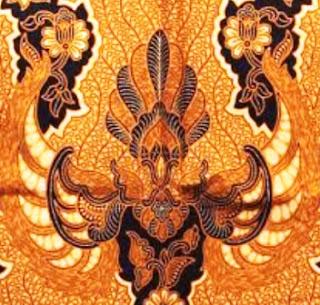 Memiliki ciri khas adalah biasa juga disebut dengan istilah Batik Sogan dan motifnya mempunyai warna kecokelatan. Batik Solo masih menggunakan proses dan konsep tradisional, yakni dengan menggunakan bahan-bahan pewarna alami ketika pengolahannya. Kandugan Filosofi pada motifnya adalah sepeti gelombang-gelombang pada Sungai Bengawan Solo, bermakna gelombang yang turut membawa ketenangan.