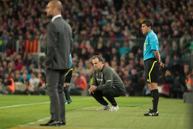 Au côté d'un de ses disciples -Pep Guardiola-, Bielsa semble scruter les moindres faits et gestes de ses joueurs.