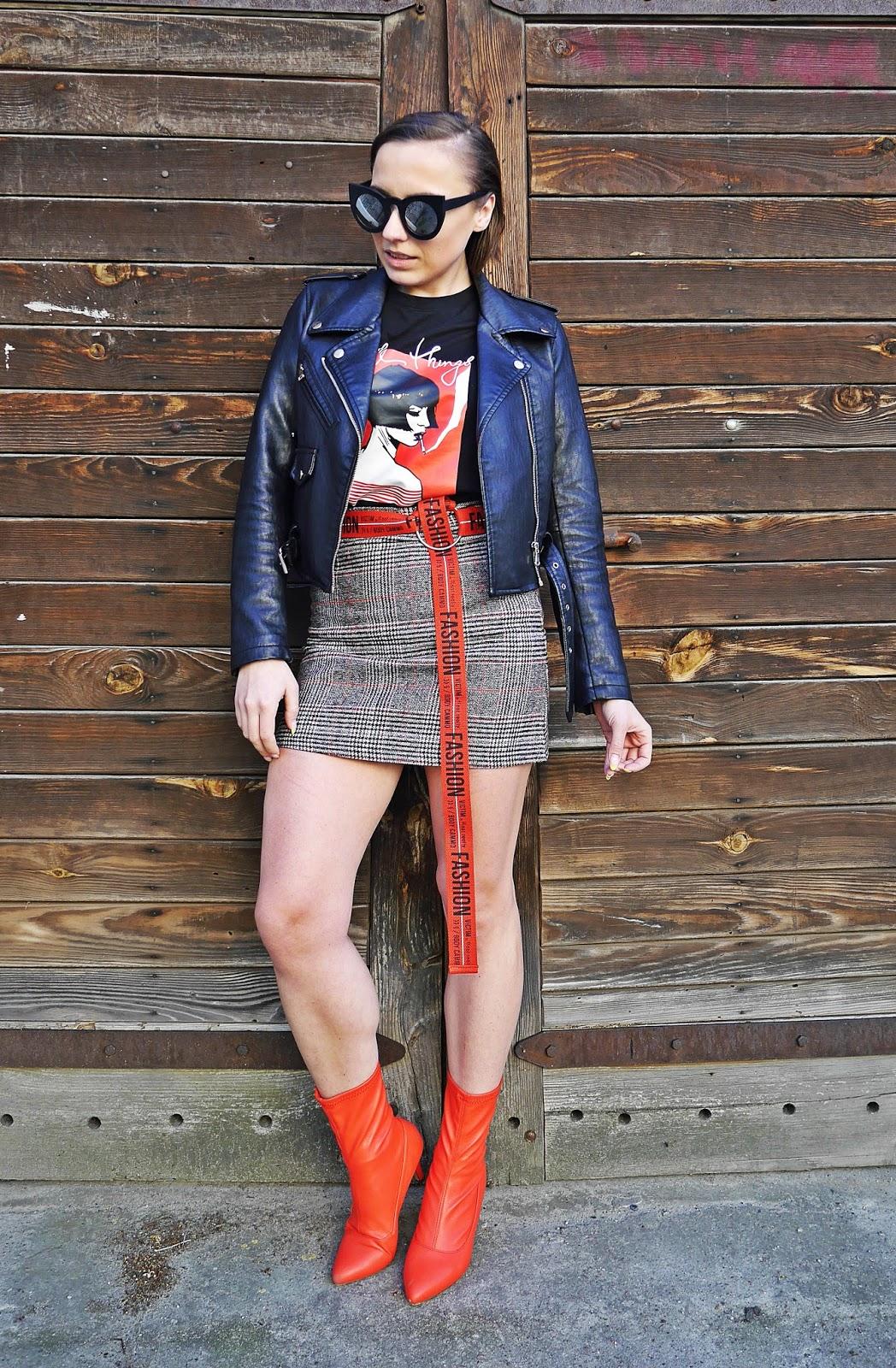 4_spodnica_w_krate_czerwone_botki_t-shirt_z_nadrukiem_karyn_blog_modowy_220418