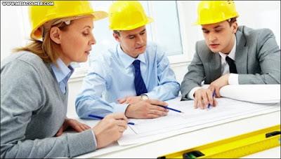 engenheiros olhando projeto