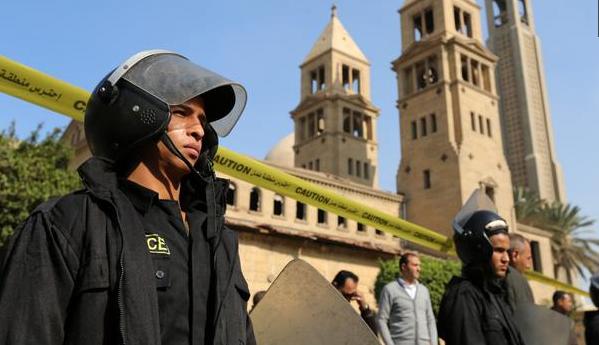 Polisi mengamankan area di sekitar kompleks Katedral Ortodoks Koptik (Reuters) (copyright: liputan6.com)