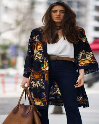 modelo usando kimono negro con flores