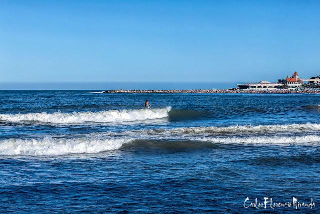 Un surfista sobre las olas del mar en Mar del Plata