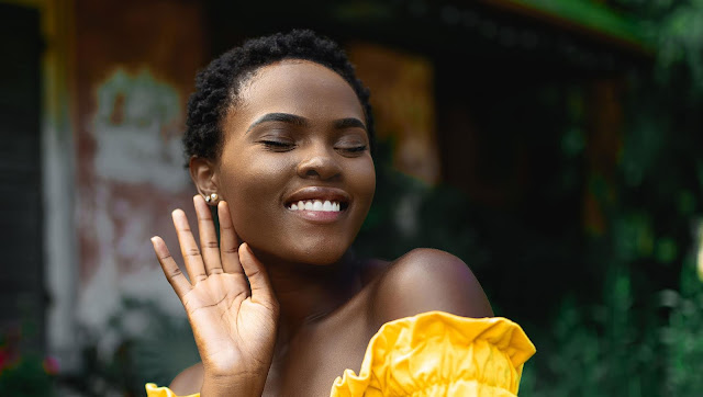 imagen de mujer guapa de raza negra