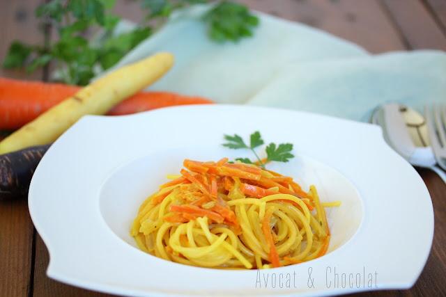 """alt=""""spaghettis carottes et safran dans une assiette blanche avec 3 couleurs de carottes en décors"""""""