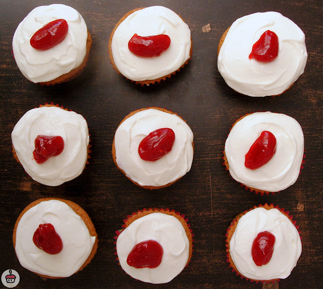 These vanilla cupcakes have a delicous raspberry filling and a light and fluffy mascarpone frosting. || Ces cupcakes à la vanille ont un fourrage à la framboise et un glaçage à la mascarpone.