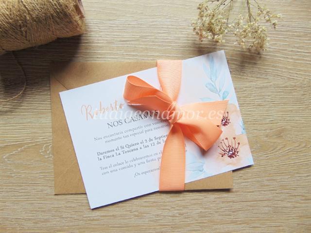 Una invitación de boda bonita y romántica con diseño de flores en acuarela de tonos salmón y melocotón