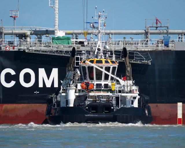 Tanker Ansheron, IMO 9420629, tug Montenero, IMO 9779264, port of Livorno