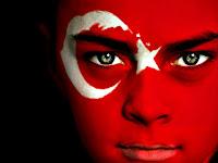 Yüzü Türk bayrağına boyanmış bir genç erkek