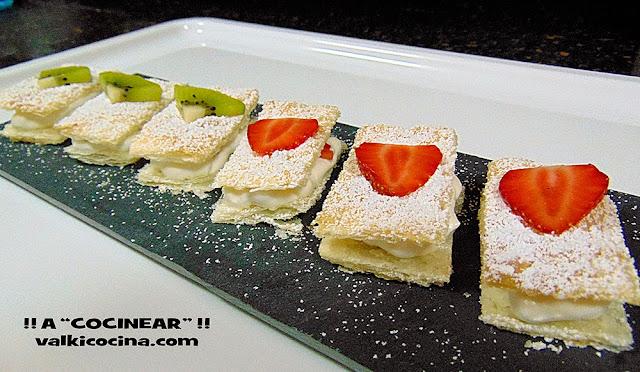 Milhojas de hojaldre y nata con fruta: fresa y kiwi