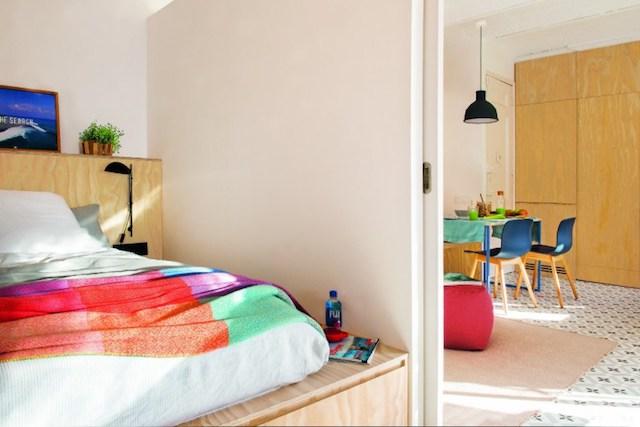 Dormitorio con almacenaje en la base de la cama
