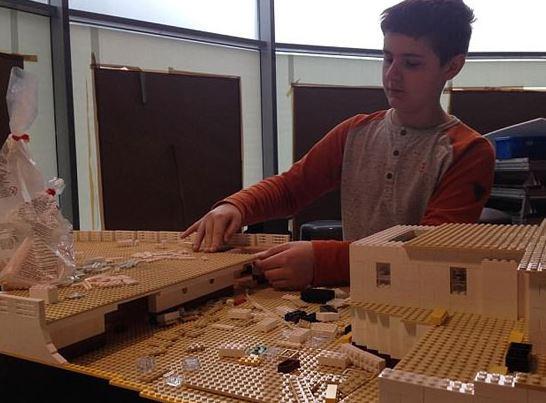صبي مصاب بالتوحد يصنع سفينة تيتانيك بمكعبات الليغو