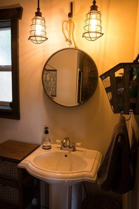 03-Bathroom-Trish-The-Potter-s-Retreat-Architecture-in-a-Tiny-House-www-designstack-co