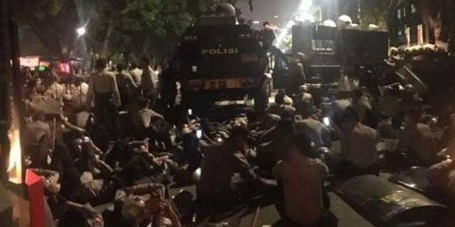 Polisi Bubarkan Paksa Massa Mahasiswa Demo 3 Tahun Jokowi-JK di Depan Istana
