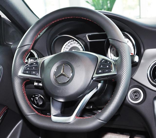 Tay lái Mercedes GLA 250 4MATIC bọc da