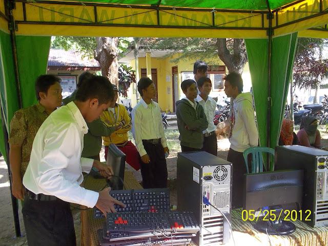 SMK BUSTANUL ULUM - Pelayanan B.U Expo 2012 SMK Bustanul Ulum, BU Expo kali ini tergolong meriah dan banyak pengunjungnya, terlihat dari masyarakat yang menghadiri acara kali ini, karena acara kali ini tidak hanya acara biasa, akan tetapi banyak pelayanan gratis di dalamnya.