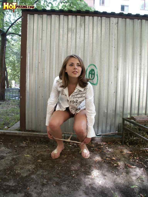 девушка мочится возле гаража онлайн - 4