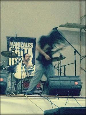 Músico de metal en manizales grita Rock