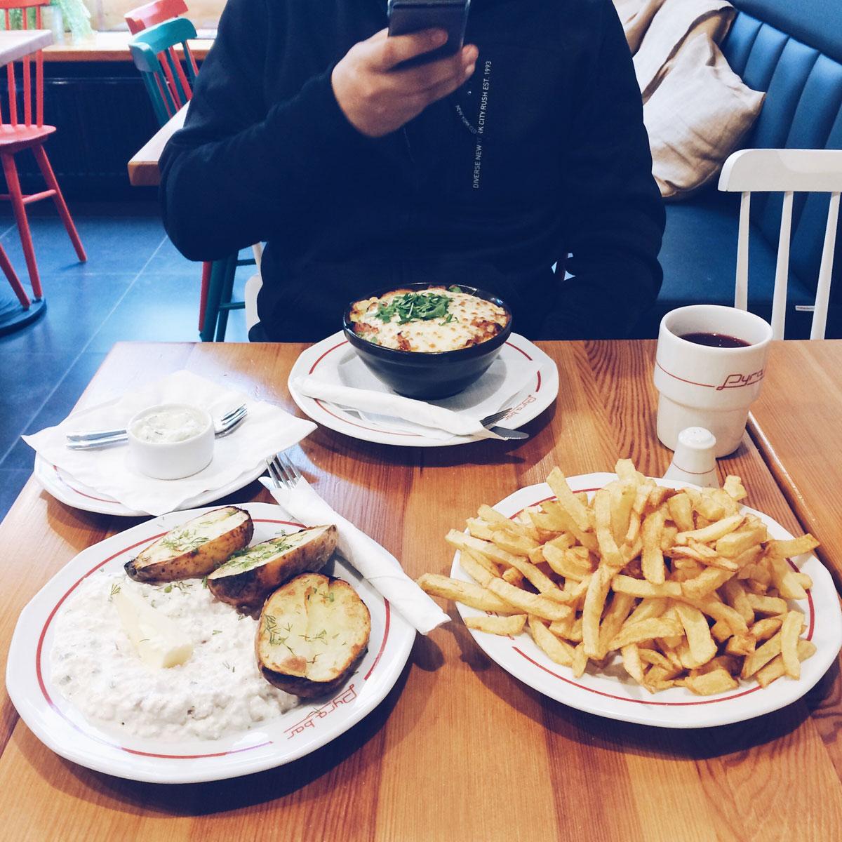 Pyra Bar Gdynia dania główne - pyra z bzikiem i pomielone gary oraz frytki jako przystawka.