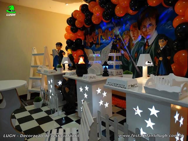 Mesa decorativa e temática Harry Potter para festa infantil