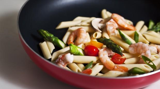 Camarão com pasta e vegetais