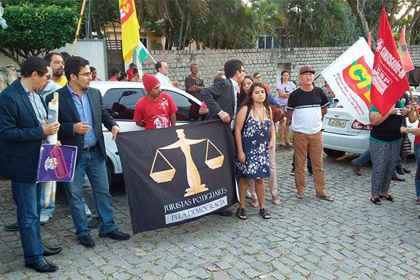 4d638327f O movimento sindical realiza um ato neste momento em frente ao prédio do  Ministério Público do Trabalho em defesa da ação civil contra a Guararapes  e em ...