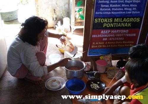 TETANGGA :  Dengan dibantu tetangga turut bergabung membuat Pempek.  Beliau membawa blender untuk menghaluskan daging Ikan Tongkol   Blender kami rusak.  Foto Asep Haryono