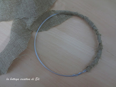 filo-metallico-per-realizzare-una-ghirlanda