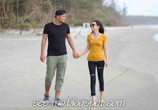 Foto Ryana Dea dengan suaminya dipantai