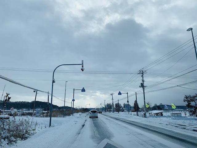 雪地駕駛路面都被雪覆蓋,要看上面箭頭指示