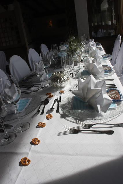 Tischdekoration, Hochzeit in Bayern, edel-bayerisch, Himmelblau und Edelweiss, heiraten in Garmisch-Partenkirchen, Hochzeitslocation Riessersee Hotel, wedding destination abroad, Germany, Bavaria, blue and white