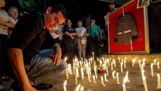 Policías colombianos honran a las víctimas del atentado en Bogotá