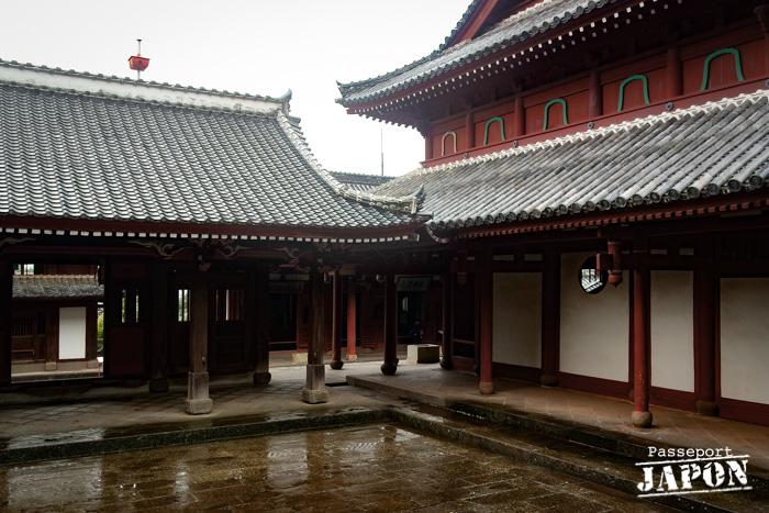 Cour intérieure sous la pluie, temple Sôfuku-ji, Nagasaki