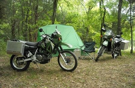 98e5b6e6b Um equipamento para motocamping é muito diferente do que você usaria para  uma viagem de carro. Você precisa de um equipamento compacto e fácil de  armazenar ...