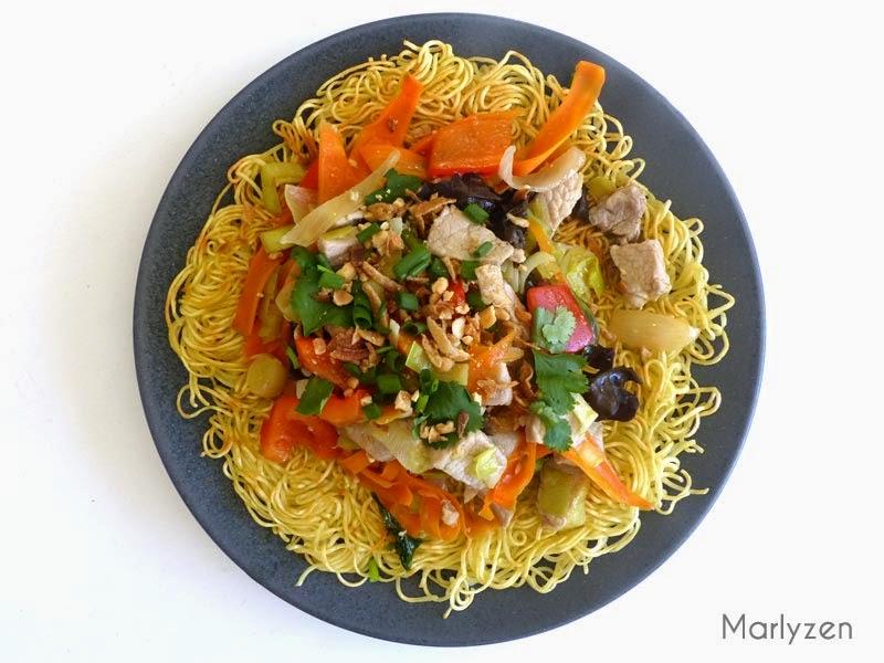 Nouilles croustillantes au porc et aux légumes.