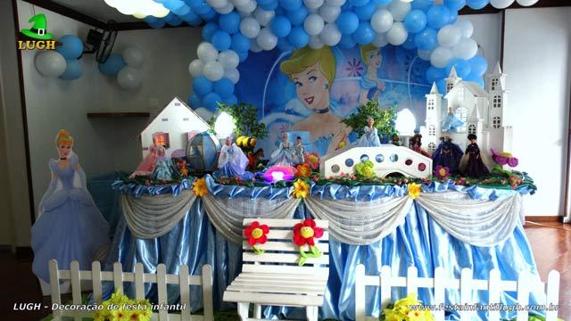Decoração tradicional de toalhas versão luxo para festa de aniversário feminino tema Cinderela