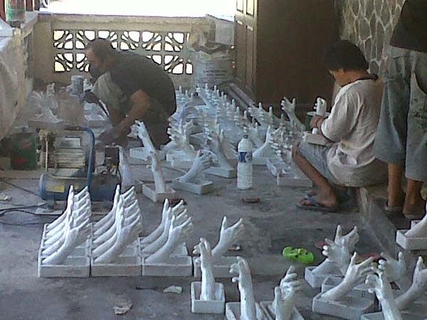membuat patung tangan