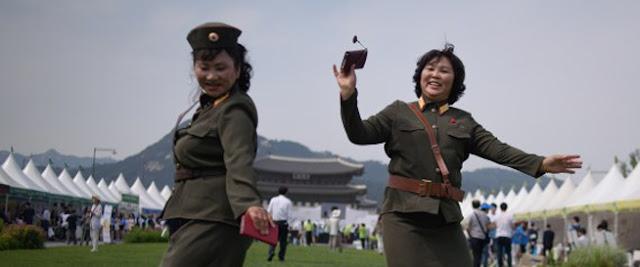 Χάπια τύπου βιάγκρα και κοσμήματα που καθαρίζουν το αίμα: Τα προϊόντα που θέλει η Βόρεια Κορέα να εξάγει Η Βόρεια Κορέα ετοιμάζεται να προωθήσει στις αγορές της Δύσης ένα φάρμακο τύπου βιάγκρα. Σύμφωνα με το περιοδικό Foreign Trade, πρόκειται για ένα χάπι της εταιρείας Roksong Hi-Tech που εκτός από σεξουαλική ευρωστία, προσφέρει μυϊκή ενδυνάμωση και θεραπεύει την αϋπνία, τις ζαλάδες και την αναιμία. Το ίδιο περιοδικό ισχυρίζεται πως το φάρμακο απευθύνεται και στα δύο φύλα και σε όλες τις ηλικιακές ομάδες. Τονίζει μάλιστα πως το χάπι θα πρέπει να καταναλώνεται πολλές φορές μέσα στη μέρα, όμως τα παιδιά καλό είναι να μην ξεπερνούν τις δυο δόσεις. Στα προϊόντα που θέλει να προωθήσει η Βόρεια Κορέα στις αγορές της Δύσης συγκαταλέγονται και γούνες, τσάι, ποτά, σνακ, θεραπείες για τα μεθύσια και κοσμήματα που... καθαρίζουν το αίμα.