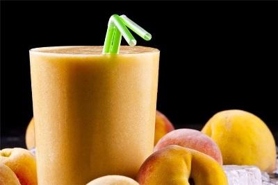 Smoothie berbahan utama buah peach ini penuh dengan protein, vitamin dan mineral. Rasanya manis dan menyegarkan.