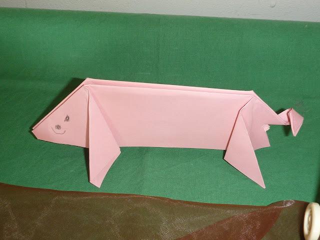 Kinder falten Schweine