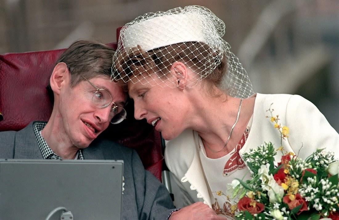 Stephen Hawking cùng người vợ thứ hai của mình là bà Elaine Mason, sau khi rời văn phòng đăng ký kết hôn ở Cambridge. Hình ảnh: Tim Ockenden/PA.